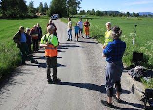 Regiongeolog Sven Dahlgren (gul vest til høyre) orienterer grunneierne på Fen og Holla om droneprosjektet.