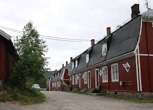 Ekornrød: Alle røde bygg i Ulefoss sentrum vil nå være eiet av andre enn Cappelen-gruppen.