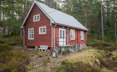 Hytta som ligger ved Langen. Prisantydning: 650 tusen kroner.