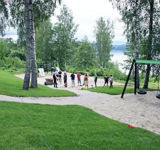 Aktivitetsområdet: Det nye leke- og aktivitetsområdet på Kvernodden ble åpnet denne uka, her er det både sandkasse, husker og klatrestativer. Velforeningen har planer om flere aktiviteter i fremtiden.