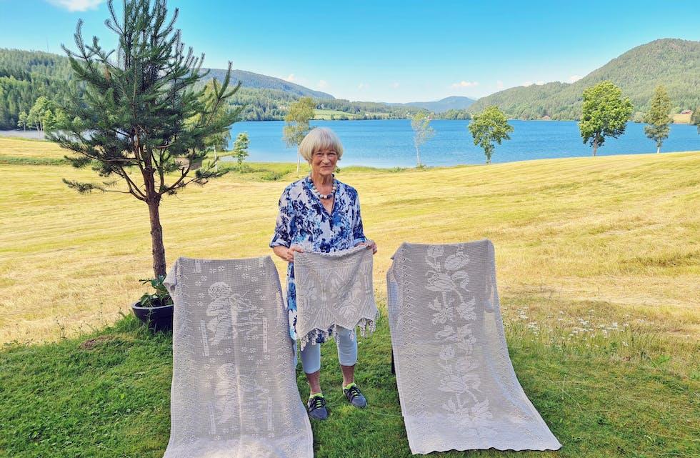 Heklet bort sorgen: Berit Unni Jensen Sandstå (78) benyttet håndarbeid som terapi, da hun mistet ektemannen og pandemien herjet som verst. Nå håper hun at hennes oppfordring kan hjelpe andre.