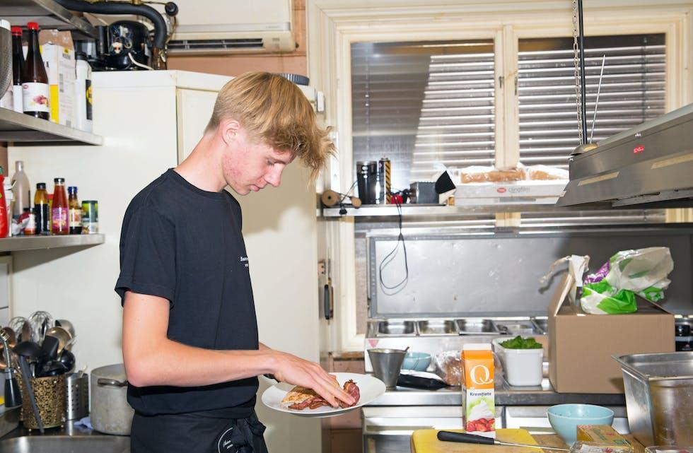 Full tillitt:  Kasper Hilsen (15) fra Lunde har sommerjobb på kjøkkenet ved Slusemesterens Veranda på Vrangfoss. Han er ikke hjelpegutt eller oppvaskhjelp, men får tillitt til å lage retter fra bunnen av.