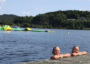Madicken og Signe gleder seg til badeparken åpner.