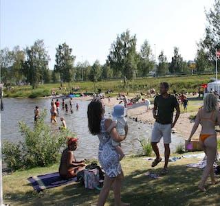 Tjukt med folk: Stranda ved Ulefoss gjestehavn var smekk full av folk i dag. Det samme var badeparken i vannet rett utenfor.