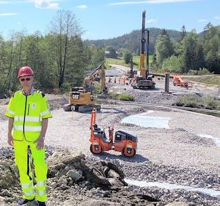 Prosjektleder Svein Tovslid opplyser at arbeidene med Åse bru er forsinket.