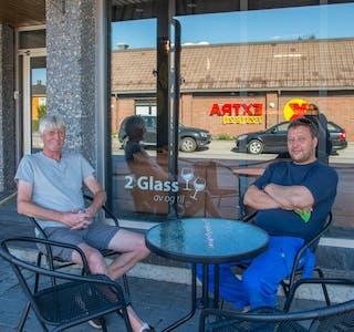 Uteservering: Svein Erik Ajer er huseier og sønnen Kjetil skal stå for driften gjennom sommeren. Ute er det sitteplass til opptil 35 personer.