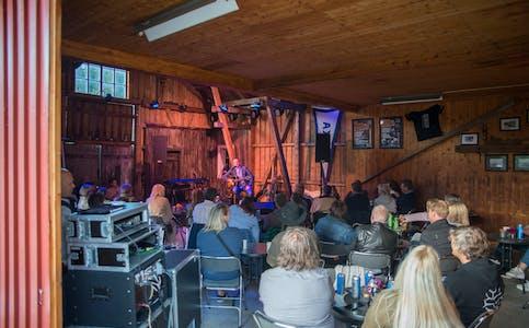 Stig Ulv spilte for et lydhørt publikum på mikrofestivalen Kornskurd, fredag kveld.