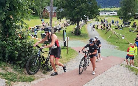 På hjul, til vanns og til beins: I morgen, lørdag, er det igjen klart for Lunde Triathlon. Sluseparken er start- og målområde for alle øvelser.