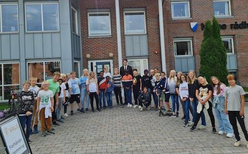 6. klasse ved Holla 10-årige skole utenfor rådhuset i Nome. Fredagens klassetur gikk til en omvisning av husets valglokaler.