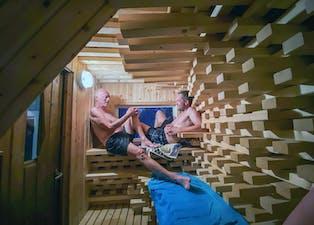 Unik arkitektur: Mikkel Aalands badstue er tegnet av arkitekten Anders Berensson og består av en rekke biter med furuvirke som har skapt en organisk form på det rektangulære rommet. Da tømmeret kom trodde naboene det var et nytt hus som skulle bygges, og nektet å tro at alt fikk plass inne i det lille rommet.