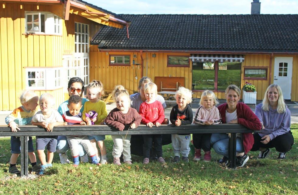 Den mest populære: Herregårdshavna barnehage på Ulefoss er mest ettertraktet blant småbarnsforeldrene i Nome. Hele ni av de 21 som står på venteliste ønsker seg hit. Kommunen må bla opp millioner for å korte ned denne lista til null. På bildet ser vi toårigene i Beverdammen på Herregårshavna, sammen med Milens Carrscal, Ingunn Gravdal, Jill Heidi Sinnerud og Ida Elefskås.