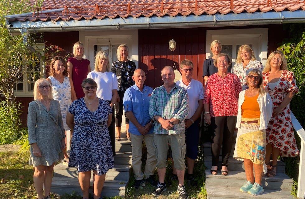 Fra venstre: Wenche Bjønnes (25 år), Aud Inger Fjøsne (25 år), Wibeke Kittilsen (25 år), Kari L Møllen (25 år), Inger Haugane (25 år), Laila Hartveit (25 år), Rolf Fredrik Andersen (25 år), Bjørn Ale Nilsen (25 år), Ragnar Dorholt (40), Kristin Ødegård (25 år), Anne Elisabeth Øygarden (40 år), Bjørg Enggrav (25 år), Birte Nesteng (40 år), Cecilie Hansen (25 år). Ikke tilstede: Mona Odinsen (25 år), Mette Hansen (25år)