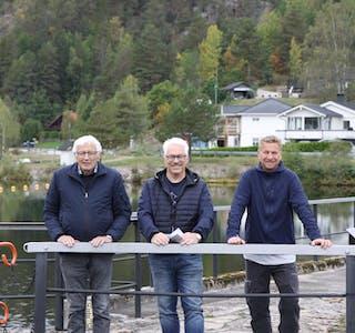 Velforeningen med grunn til å smile: Steinar Tveito, Arvid Tveito og Frode Pedersen  i Ajersiden vel, sier avklaringen fra Telemarkskanalen er en gladsak.