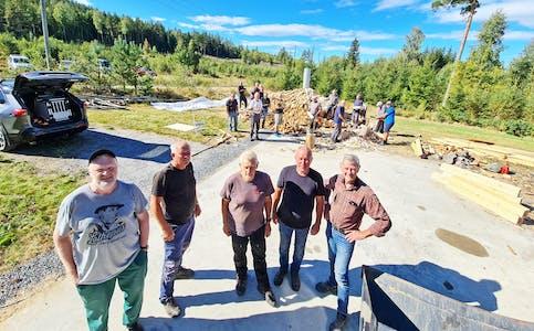 Kullmila: Peder Vaaje Hegland, Erling Susaas, Gunnar Halvard Seland, Gunleik Aspheim og Arne Skaali har vært sentrale under oppføring av kullmila på Skedsmoen.