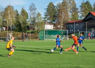 Det meste foregikk foran motstanderens mål i kveldens kamp på Kåsa. Her er det Tina  Haugane Lauritzen som setter inn 3-0-målet for Nomes kvinner mot Kvitsund.
