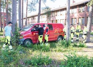 """Som en del av Nome videregåendes sikkerhetsuke ble elevene kurset i ulykkeshåndtering og førstehjelp. Her er de først på plass ved en """"bilulykke""""."""