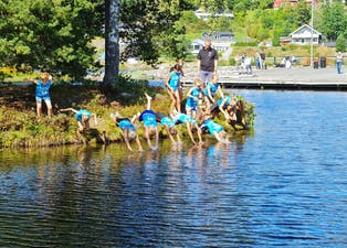 Stuper i det: Her går startskuddet for minitriatlonet. De ivrige barna klarte knapt å vente med å komme seg i vannet. Den første svømmeøvelsen foregår i havnebassenget ved Lunde sluse.
