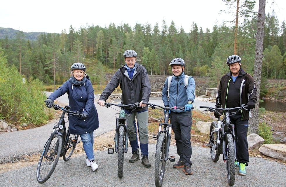 Elsyklister på tur: Her ser vi Bjørg Tveito Lundefaret, Bent Gurholt, Fredrik Juel og Stig Kjeldal idet de tester ut Kulturrunden på Drangedalsheia. Dette er en ny sykkeltrasé på 15 kilometer anlagt av Villmarkseventyret. De fire på bildet testet strekningen med elsykler.