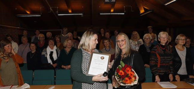 En rørt Anne-Mette Borgersen Bøe fikk overrakt den gjeve BegeistRingen av Solbjørg Holter, i anledning Holla bygdekvinnelags årsmøte onsdag kveld.