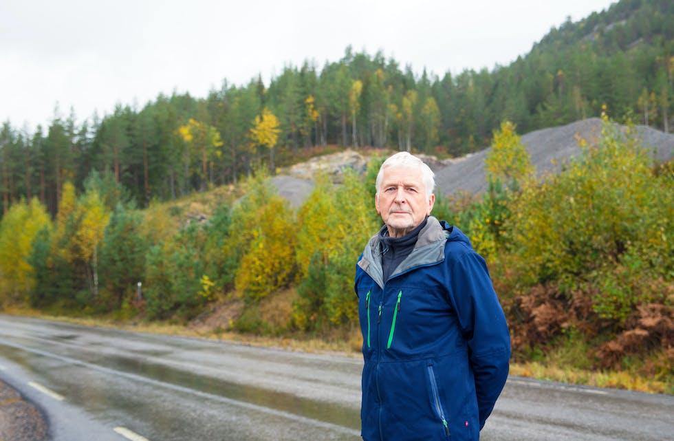 Harald Ovenstrøm har bekymringer rundt etableringen av et deponi her på Kjeldal. I bakgrunnen ligger fjellområdet, hvor Isachsen Anlegg planlegger en fjellhall for lagring av avfallet etter Søve-gruver. Nøyaktig hvor er det foreløpig ikke kommet informasjon om, men slik Kanalen forstår saken vil ikke fjelldeponiet komme i konflikt  med driften av grustaket, eller det merkede turområdet på Husefjell.