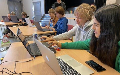 14-åringene Ingrid og Hela fra Lunde, har valgt å tilbringe litt av høstferien foran dataskjermen på Lundevang.
