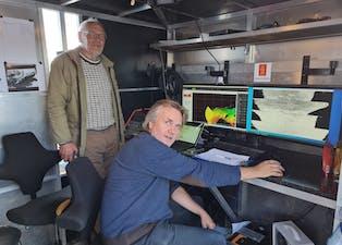 Utstyr til millioner av kroner: Gunnar Sanden som representerer Holla historielag overværer Fredrik Xander Søreide, professor ved NTNU, som studerer sonarbilde fra bunnen av Norsjø.