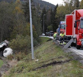 Tankbilulykke_opprydding og ledebil_foto Britt