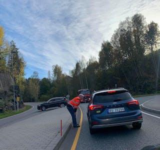 Ulefoss bilberging bistod med dirigering av trafikken da veien ble stengt tirsdag ettermiddag.